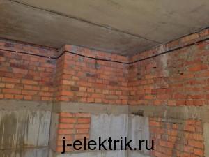 Кабель в гофре по кирпичной стене