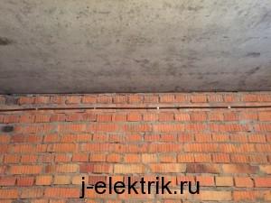 Монтаж кабеля по кирпичной стене