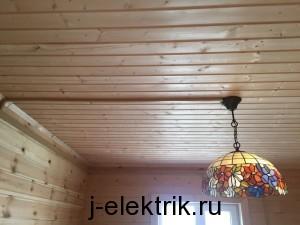 Установка светильника в доме из дерева